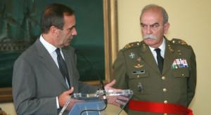 El señor Pitarch (d), junto al ex ministro socialista de Defensa, José Antonio Alonso.