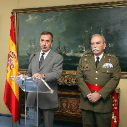 El señor Pitarch con el ex ministro socialista de Defensa, José Antonio Alonso.