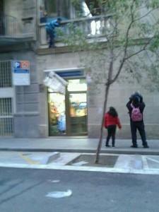 Los asaltantes bajan un televisor envuelto en sábanas desde un primer piso, en la calle Magalaes.