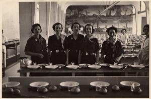 Sara Barranco Soro, en el centro, durante su viaje a Italia, en 1937