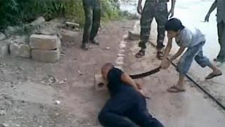 Varios rebeldes alentaron al menor a que cortase la cabeza al oficial, retenido por los rebeldes en Homs.