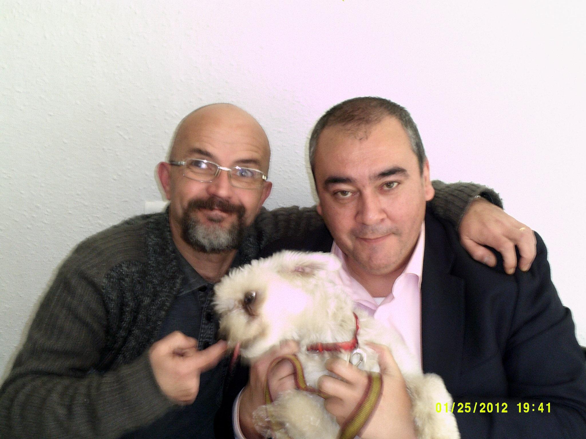 El humorista Manolo Doña y Armando Robles. Posa junto a ellos el bichón maltés del director del programa.