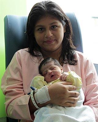 Catherine posa con su hijo Eythem, el primer niño nacido en 2013 en un hospital madrileño.