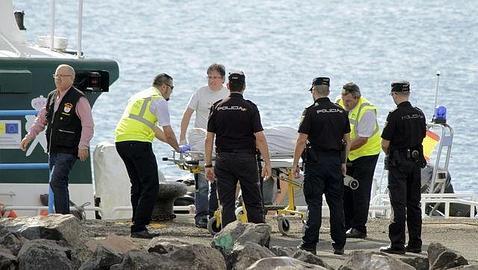 Momento en el que llega a tierra el cadáver de uno de los inmigrantes