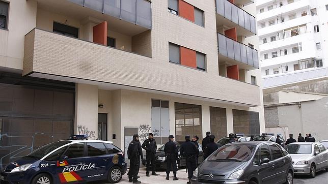 Agentes frente al inmueble donde el martes encontraron a Irene