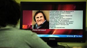 Una mujer lee la carta de Depardieu en la web del Canal Uno de la televisión rusa