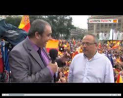 Gerard Bellalta sienfo entrevistado por Armando Robles en la plaza de Cataluña el pasado 12 de octubre.