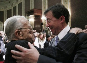 José Carrillo, abrazado por Santiago Carrillo el día de su toma de posesión como rector de la Complutense.