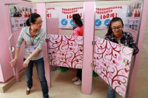 Unas estudiantes chinas prueban los nuevos orinales en la Universidad de Shanxi.