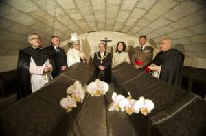 Autoridades civiles y religiosas, ante las tumbas de los Reyes Católicos.