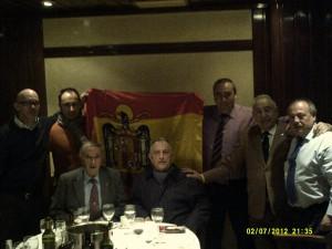 Armando Robles posa junto a algunos de los asistentes a su homenaje, entre ellos el ex gobernador civil de Tarragona, Agustín Castejón, el abogado Gerardo Sánchez y el político barcelonés Gerard Bellalta.