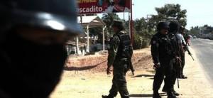 Militares y policías federales realizan un operativo de búsqueda en Acapulco.