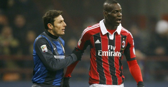 Balotelli y Zanetti durante el partido.