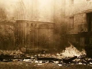 Puertas de la Catedral de Barcelona ardiendo