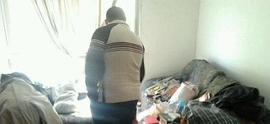 Un hombre observa el interior de la vivienda.