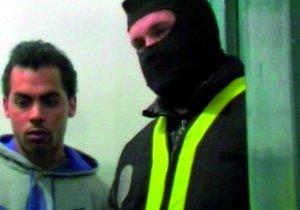 El presunto terrorista Mohamed Echaabi y uno de los policías que participaron en su detención.