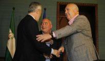 Griñán saluda a los líderes de UGT-A y CC.OO.-A, Manuel Pastrana y Francisco Carbonero, en San Telmo