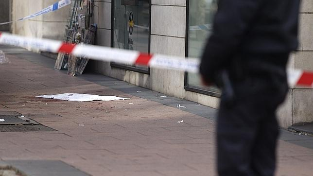 Restos de sangre en el lugar donde cayó el atracador herido tras intentar robar en una joyería de la calle Ayala