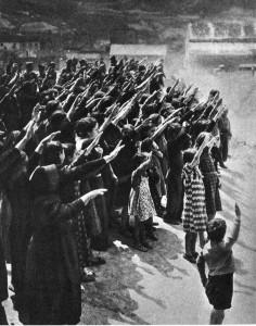 La población saluda la entrada de los nacionales en Cataluña