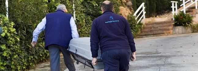 Efectivos de los servicios funerarios a su llegada al domicilio del matrimonio de jubilado.