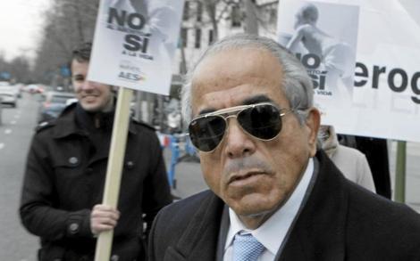 El doctor Morín junto a un grupo de manifestantes antiabortistas de AES.