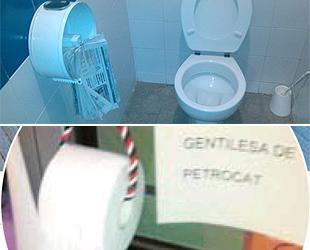 Arriba, imagen del lavabo de la comisaría de los Mossos en Tárrega (Lérida); abajo, cartel al lado del papel higiénico de una comisaría en Gerona (fotos: 'E-noticies' y 'Abc').