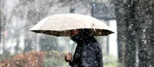 Un hombre pasea por el centro de San Sebastián, donde la temperatura no ha superado los cero grados.