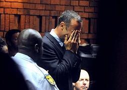 Pistorius rompe a llorar en el juzgado.