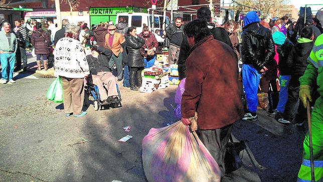 Portan los productos robados en bolsas y sábanas y los apilan en cajas y palés