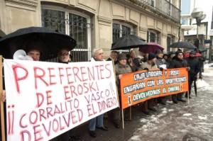 Decenas de afectados por las preferentes del grupo Mondragón frente al Parlamento.