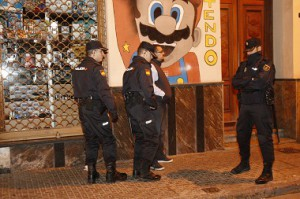 Varios agentes de la Policía con uno de los cuatro detenidos en la trifulca/Foto Melilla Hoy