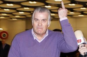 Luis Bárcenas hace una peineta al llegar a España tras sus vacaciones en Canadá