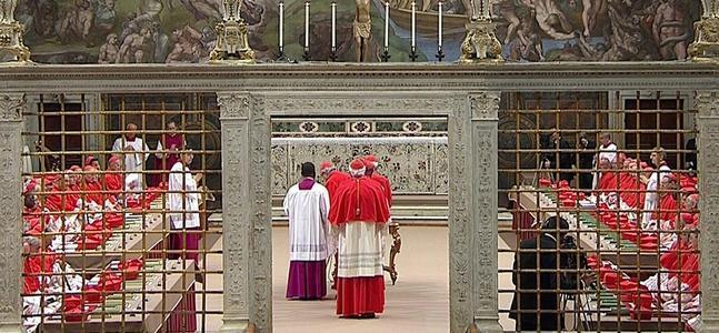Los 115 cardenales entrando a la Capilla Sixtina.