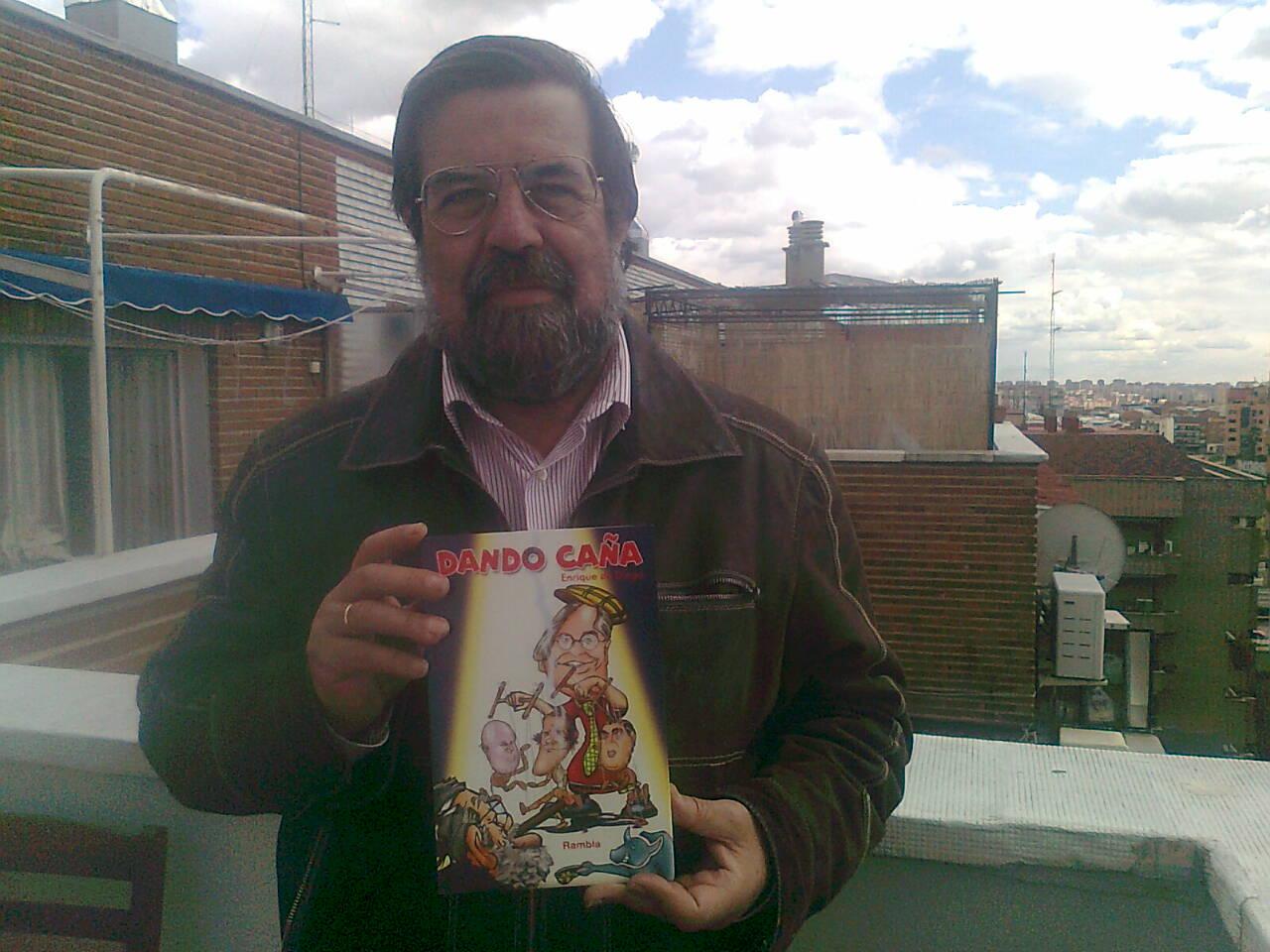 Enrique de Diego con su libro 'Dando caña', reproducido para los lectores de AD