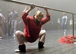 La bailarina Volochkova calienta los músculos antes de una representación.