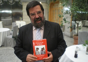 Enrique de Diego muestra uno de sus libros.