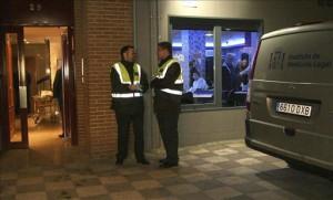 Dos guardias civiles charlan junto al portal del edificio donde dos dominicano han sido hallados muertos al parecer por heridas de arma blanca.