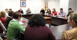 Manuel Granado y Juan Bravo reunidos con representantes de 22 ONG y asociaciones de inmigrantes en Extremadura, ayer en Mérida.