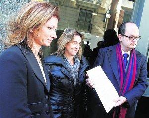 La hermana de la víctima, junto a la responsable de Stop Accidentes y el abogado de los Dolz.