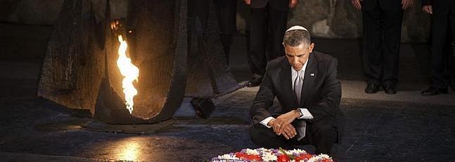 Barack Obama deposita una corona de flores junto al fuego eterno de la Sala del Recuerdo, durante su visita al museo del Holocausto.