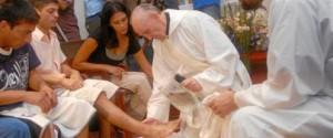 El que fuera cardenal Bergoglio, en Villamiseria (Buenos Aires), durante el lavatorio de los pies con unos jóvenes