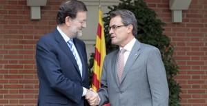 Mientras conducen a España al abismo, Mariano Rajoy y Artur Mas se saludan cordialmente.