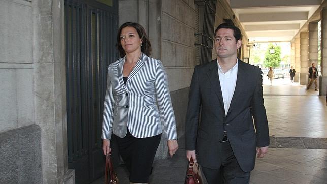 Miguel López Adán a su llegada a los juzgados para declarar por el caso «DeSevilla» junto a su abogada