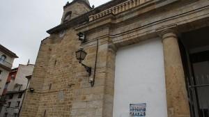 Fachada de la iglesia de La Asunción de Alsasua, con un cartel de presos de ETA