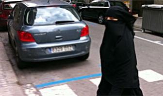 Una mujer pasea con burka por una calle de Barcelona