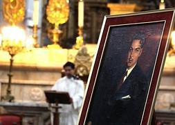 Un sacerdote oficia una misa en la Catedral Metropolitana de Ciudad de México para recordar a 'Cantinflas'.