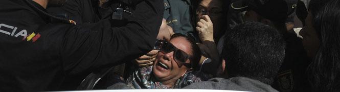 La tonadillera se desmaya en el momento en que es conducida desde la Audiencia escoltada por la policía.