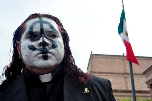 En la imagen, el insólito sacerdote Adolfo Huerta Alemán