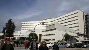 El hospital Virgen Macarena, arriba, y el Virgen del Rocío tienen un único gerente