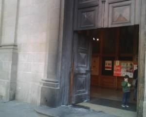 Imagen de la puerta de una iglesia incendiada recientemente por feministas.